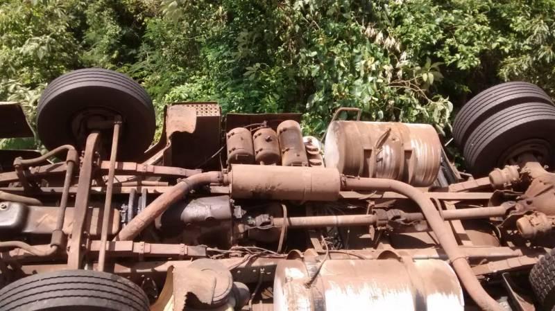 Carreta tomba na BR-158 em Cunha Porã