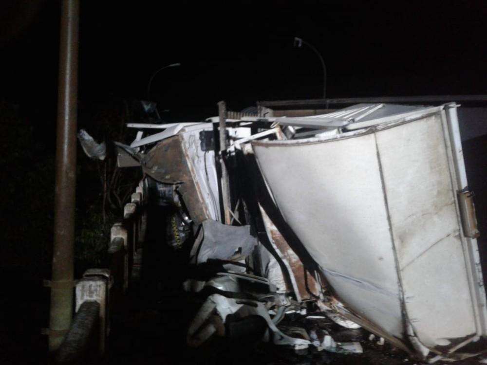 Caminhão tomba em ponte e bloqueia trânsito por mais de 7 horas na BR-282
