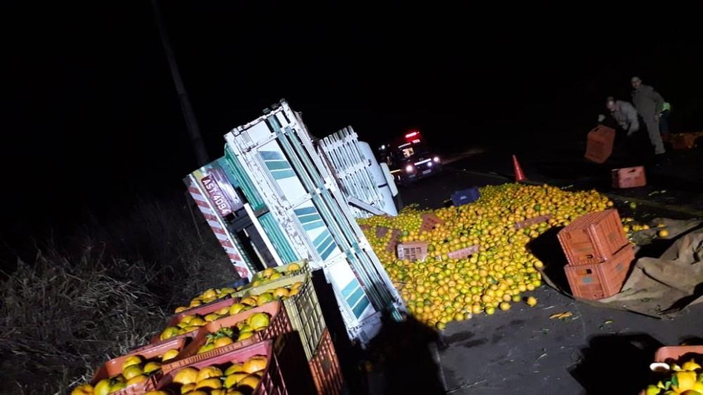 Caminhão carregado com bergamota tomba na SC-160 em Campo Erê