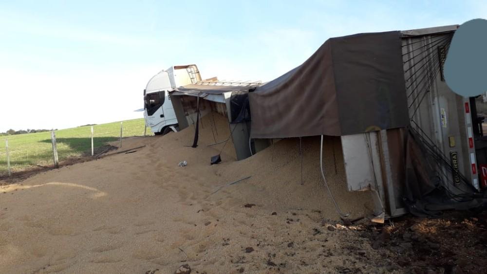 Carreta de Guaraciaba tomba na SC-160 em Campo Erê