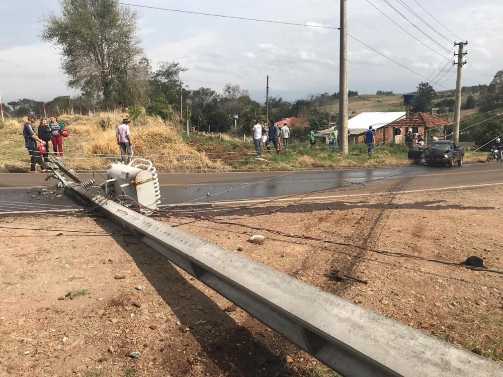 Dois feridos em saída de pista e choque em poste na SC-492 em Bandeirante