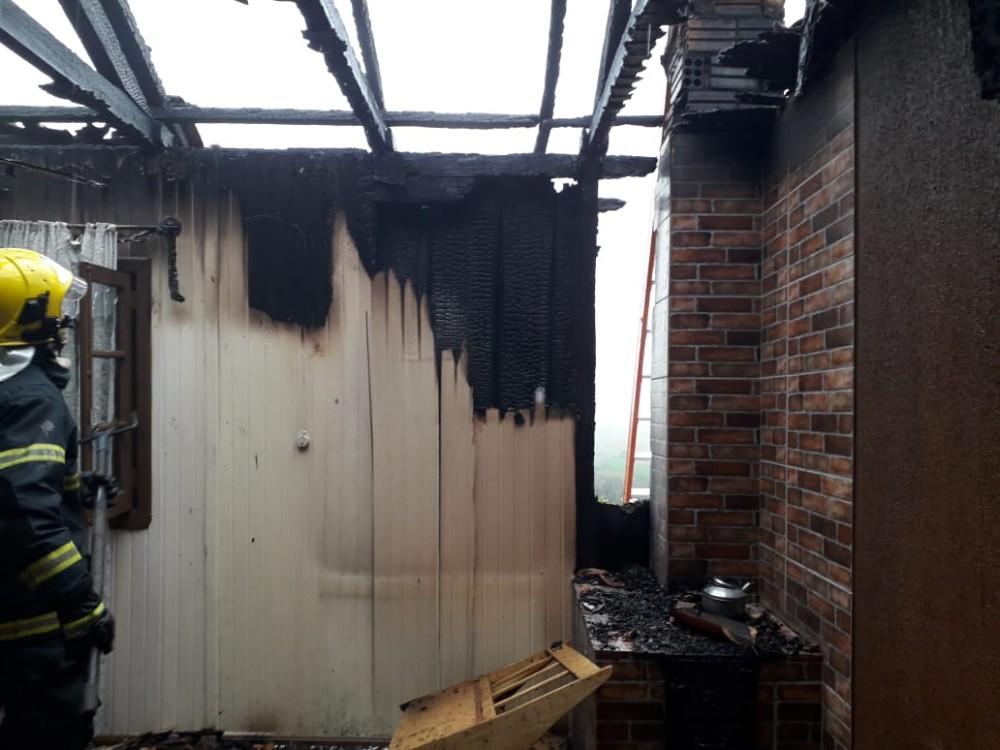 Incêndio em cozinha mobiliza bombeiros em São João do Oeste