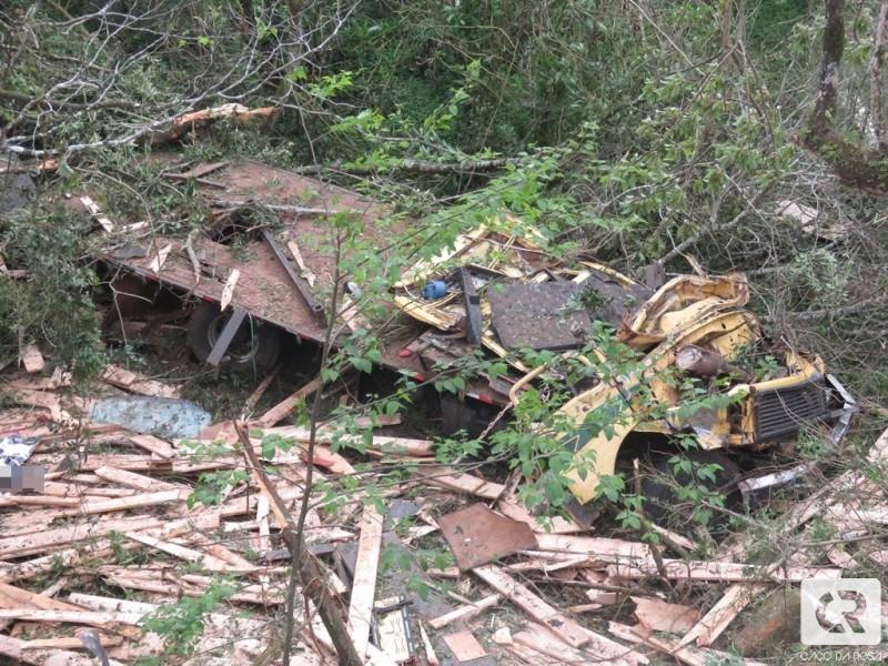 Motorista morre ao despencar de ponte com caminhão em Herval d'Oeste
