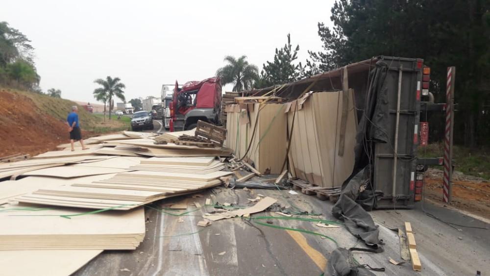 Caminhões de Anchieta e São José do Cedro colidem no Paraná