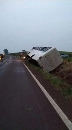 Ônibus com trabalhadores de Itapiranga sai de pista e deixa 31 feridos na ERS-163