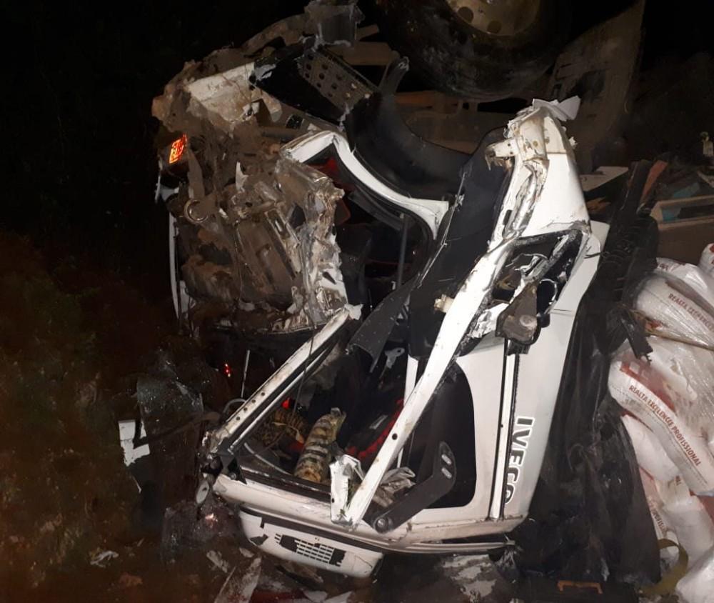 Acidente entre carro e caminhão deixa duas pessoas feridas na BR-282