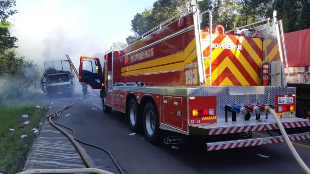 Caminhão carregado com papelão é destruído por incêndio em Cunha Porã