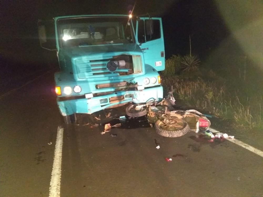 Jovem morre após acidente entre caminhão e motocicleta na SC-305 em Campo Erê