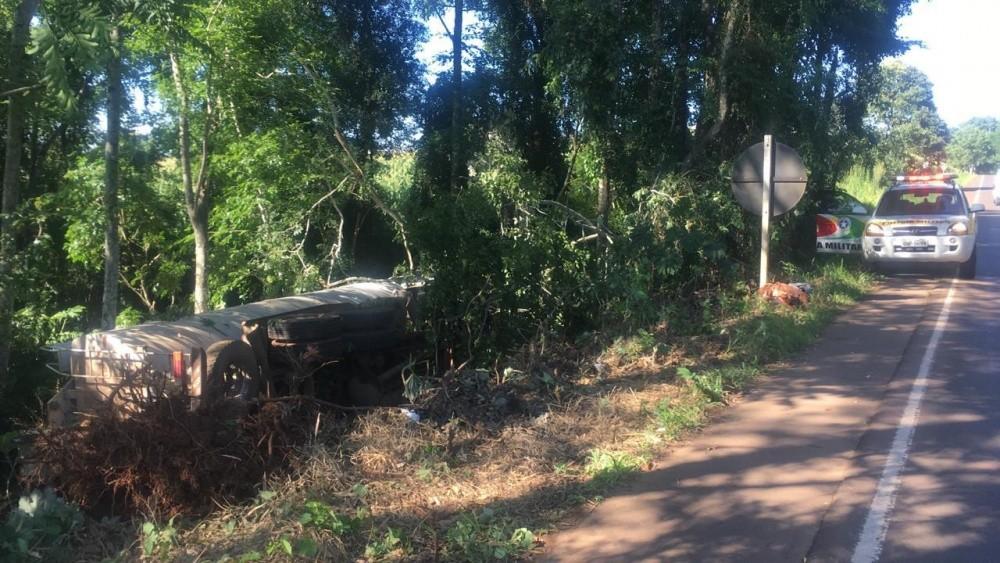 Caminhão sai de pista e se choca em árvores na SC-163 em Iporã do Oeste