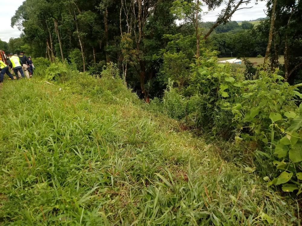 Haitianos morrem em saída de pista na BR-282 em Pinhalzinho