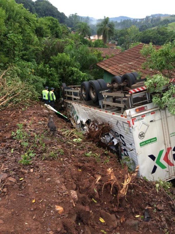 Caminhão tomba e quase atinge casa em Quilombo